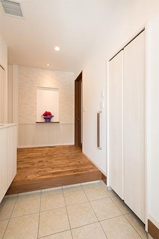 ▲裸足で歩きたくなる無垢のフローリング。デコレーションできるよう真っ白にした玄関ニッチもこだわりのひとつ。