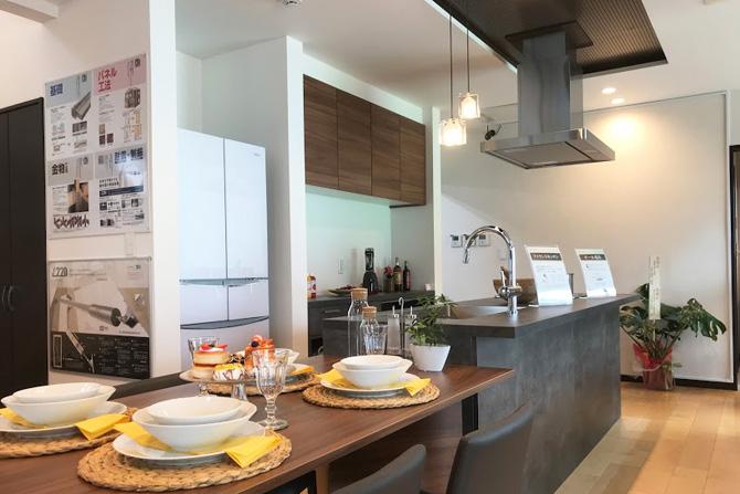 動線にも配慮した明るく開放的なオープンキッチン