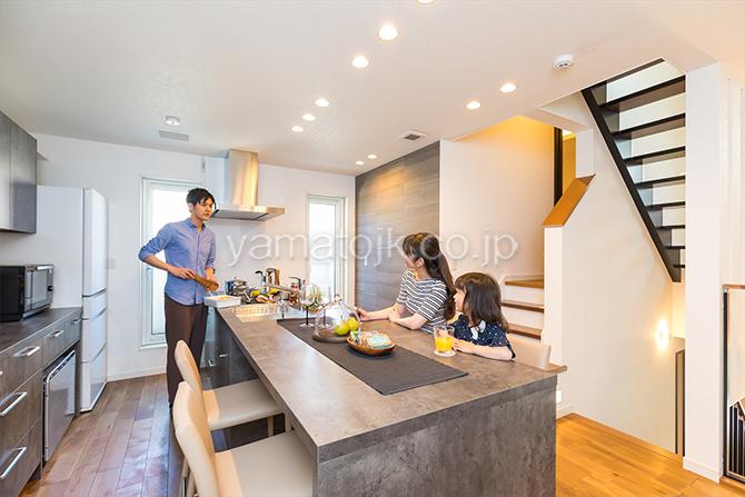 [神奈川県相模原市]ダブル断熱仕様でエアコン1台で全館空調するZEH(ゼロエネルギーハウス)ヤマト住建モデルハウスの料理中も会話ができるオープンキッチン
