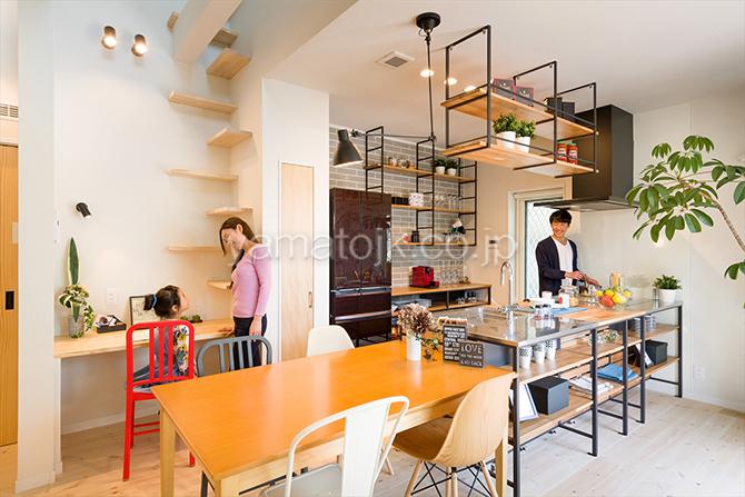 [神戸市北区]ダブル断熱仕様でエアコン1台で全館空調するZEH(ゼロエネルギーハウス)ヤマト住建モデルハウスのダイニング・キッチン