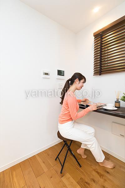 [神奈川県相模原市]ダブル断熱仕様でエアコン1台で全館空調するZEH(ゼロエネルギーハウス)ヤマト住建モデルハウスのキッチン横のカウンター