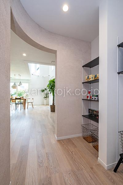 [神奈川県厚木市]ダブル断熱仕様のZEH(ゼロエネルギーハウス)ヤマト住建モデルハウスの下がり壁のファミリークローゼット