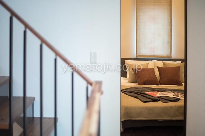 [神奈川県相模原市]ダブル断熱仕様でエアコン1台で全館空調するZEH(ゼロエネルギーハウス)ヤマト住建モデルハウスのスキップフロアの主寝室