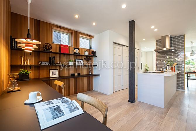 [神奈川県厚木市]ダブル断熱仕様のZEH(ゼロエネルギーハウス)ヤマト住建モデルハウスのキッチン横のカウンタースペース