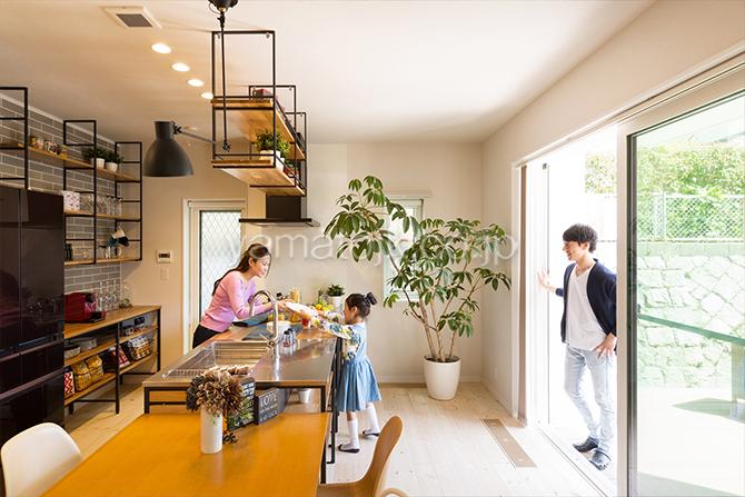 [神戸市北区]ダブル断熱仕様でエアコン1台で全館空調するZEH(ゼロエネルギーハウス)ヤマト住建モデルハウスのテラスに繋がるキッチン