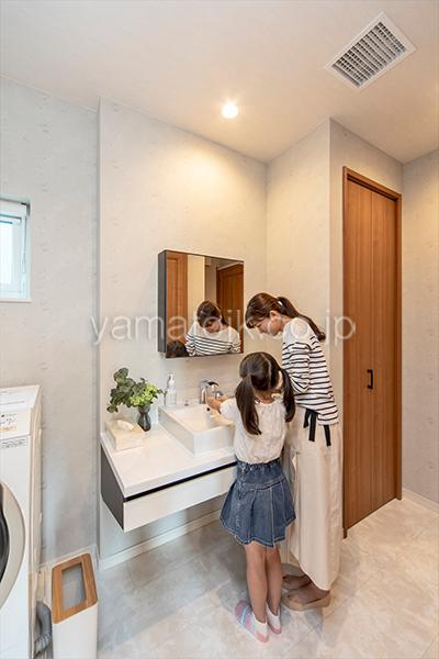 [愛知県一宮市]ダブル断熱仕様でエアコン1台で全館空調するZEH(ゼロエネルギーハウス)ヤマト住建モデルハウスの帰宅後の手洗いがスムーズなただいま動線