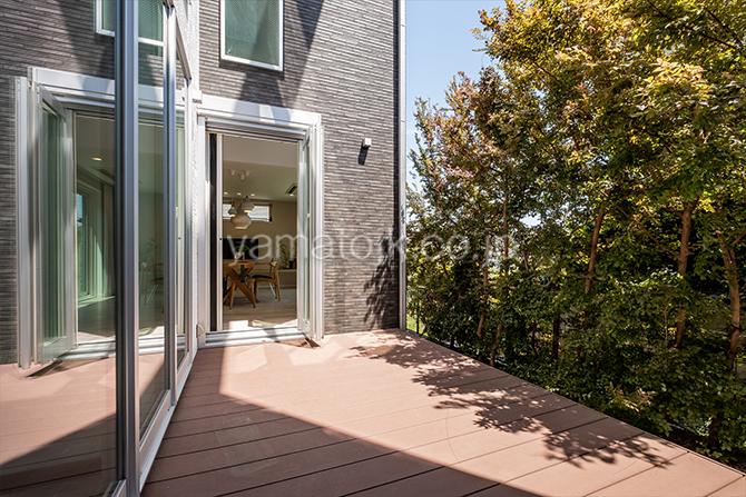 [神奈川県厚木市]ダブル断熱仕様のZEH(ゼロエネルギーハウス)ヤマト住建モデルハウスの自然を感じるウッドテラス