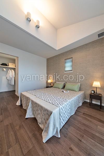 [愛知県一宮市]ダブル断熱仕様でエアコン1台で全館空調するZEH(ゼロエネルギーハウス)ヤマト住建モデルハウスの落ち着いた雰囲気の主寝室