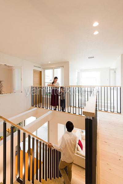 [神戸市北区]ダブル断熱仕様でエアコン1台で全館空調するZEH(ゼロエネルギーハウス)ヤマト住建モデルハウスの大きな吹き抜けを回遊する廊下