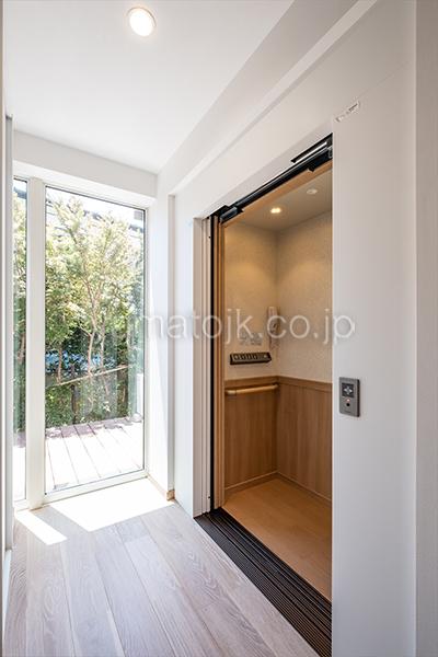 [神奈川県厚木市]ダブル断熱仕様のZEH(ゼロエネルギーハウス)ヤマト住建モデルハウスの窓から光が差し込むホールとホームエレベーター