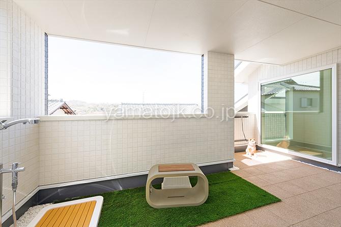 [神戸市北区]ダブル断熱仕様でエアコン1台で全館空調するZEH(ゼロエネルギーハウス)ヤマト住建モデルハウスのシャワー付きドッグガーデン