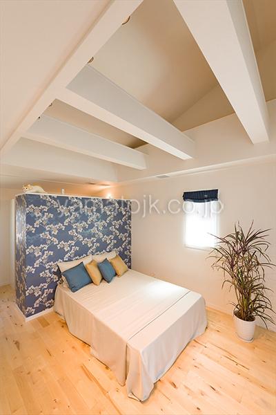 [神戸市北区]ダブル断熱仕様でエアコン1台で全館空調するZEH(ゼロエネルギーハウス)ヤマト住建モデルハウスの勾配天井の主寝室