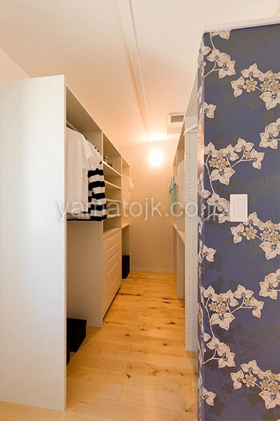 [神戸市北区]ダブル断熱仕様でエアコン1台で全館空調するZEH(ゼロエネルギーハウス)ヤマト住建モデルハウスの主寝室のウォークインクローゼット