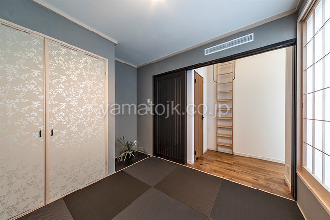 [愛知県一宮市]ダブル断熱仕様でエアコン1台で全館空調するZEH(ゼロエネルギーハウス)ヤマト住建モデルハウスのバルコニーに面した2階和室