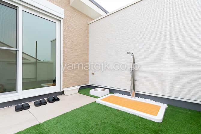 [神奈川県相模原市]ダブル断熱仕様でエアコン1台で全館空調するZEH(ゼロエネルギーハウス)ヤマト住建モデルハウスのペット用シャワー付きの屋上庭園
