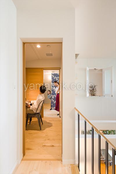 [神戸市北区]ダブル断熱仕様でエアコン1台で全館空調するZEH(ゼロエネルギーハウス)ヤマト住建モデルハウスの主寝室と繋がる書斎