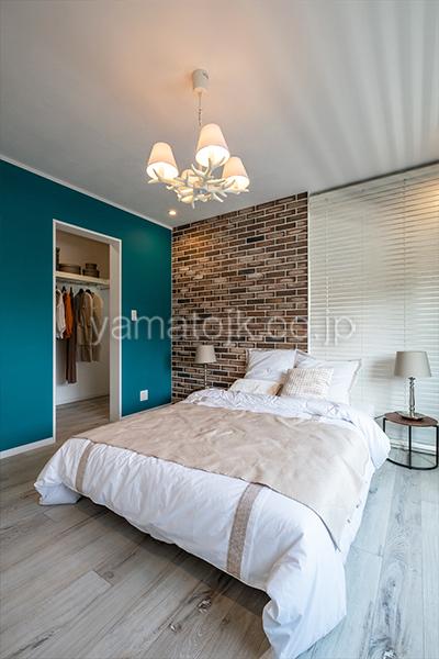 [神奈川県厚木市]ダブル断熱仕様のZEH(ゼロエネルギーハウス)ヤマト住建モデルハウスのバルコニーがある主寝室とウオークインクローゼット