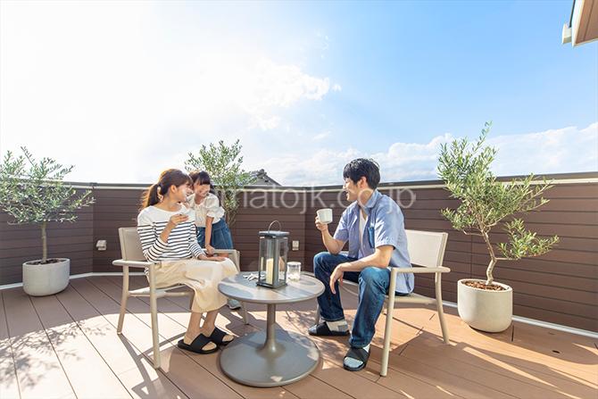 [愛知県一宮市]ダブル断熱仕様でエアコン1台で全館空調するZEH(ゼロエネルギーハウス)ヤマト住建モデルハウスのウッドデッキのバルコニー