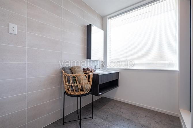 [神奈川県厚木市]ダブル断熱仕様のZEH(ゼロエネルギーハウス)ヤマト住建モデルハウスのモノトーンな洗面室
