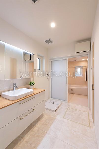 [神戸市北区]ダブル断熱仕様でエアコン1台で全館空調するZEH(ゼロエネルギーハウス)ヤマト住建モデルハウスの広い洗面室