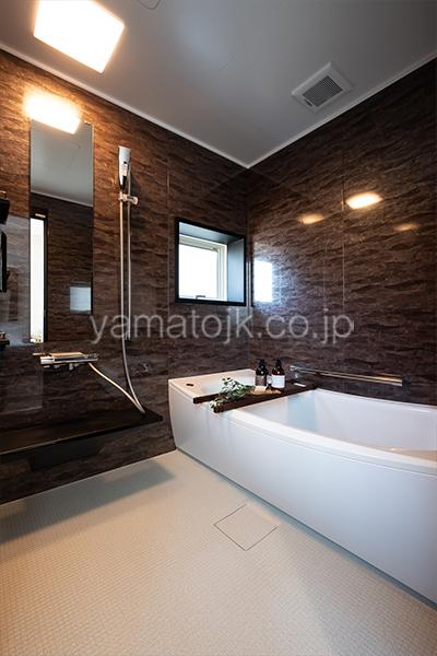 [神奈川県厚木市]ダブル断熱仕様のZEH(ゼロエネルギーハウス)ヤマト住建モデルハウスのダークカラーの浴室