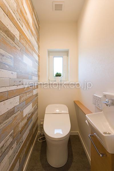 [神戸市北区]ダブル断熱仕様でエアコン1台で全館空調するZEH(ゼロエネルギーハウス)ヤマト住建モデルハウスの手洗い付きトイレ