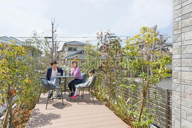 [神戸市北区]ダブル断熱仕様でエアコン1台で全館空調するZEH(ゼロエネルギーハウス)ヤマト住建モデルハウスのカフェ風のウッドテラス