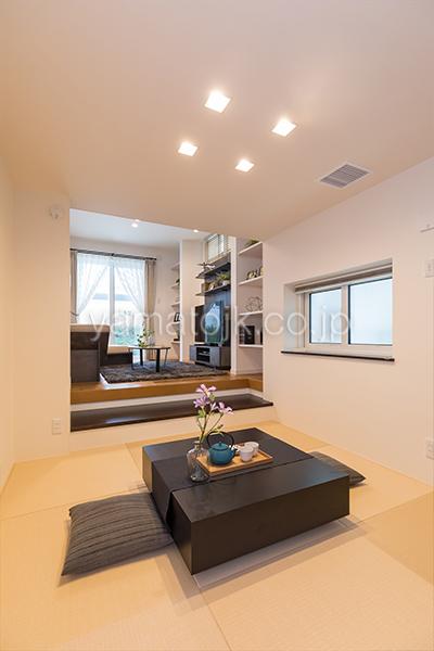 [神奈川県相模原市]ダブル断熱仕様でエアコン1台で全館空調するZEH(ゼロエネルギーハウス)ヤマト住建モデルハウスの段差をつくったリビング横の和室