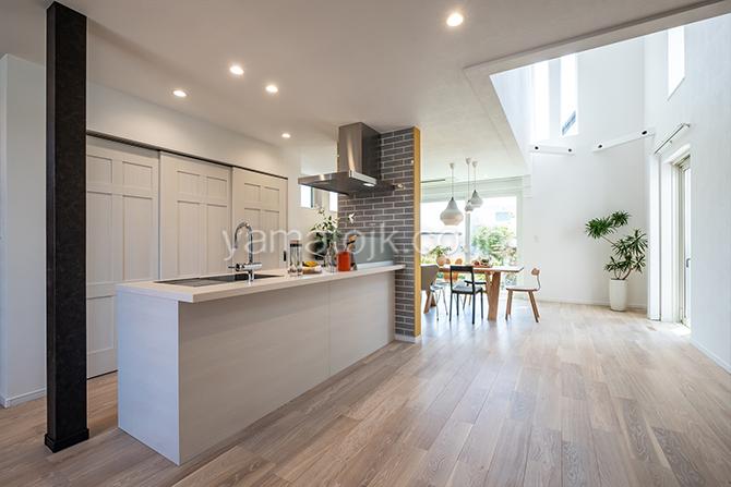 [神奈川県厚木市]ダブル断熱仕様のZEH(ゼロエネルギーハウス)ヤマト住建モデルハウスのダウンライトのすっきりしたキッチン