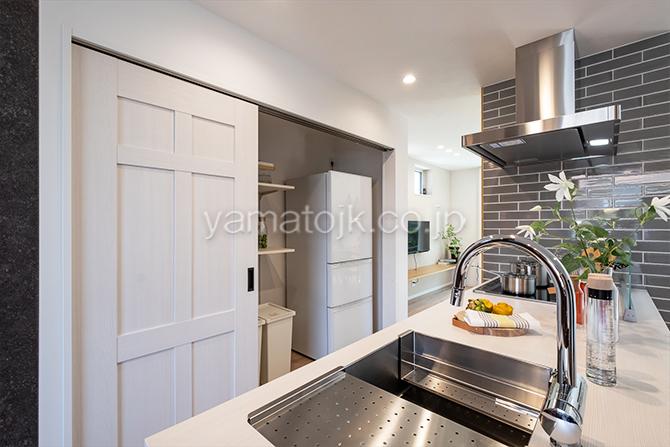 [神奈川県厚木市]ダブル断熱仕様のZEH(ゼロエネルギーハウス)ヤマト住建モデルハウスの生活感が出やすい冷蔵庫や小物を隠すキッチン収納