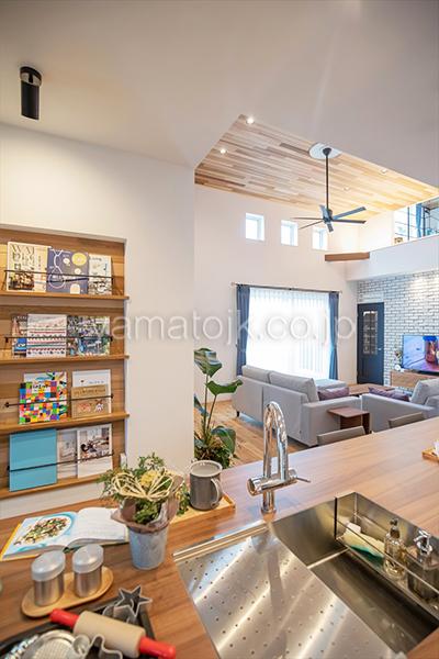 [群馬県太田市]ダブル断熱仕様でエアコン1台で全館空調するZEH(ゼロエネルギーハウス)ヤマト住建モデルハウスのコミュニケーションが取りやすいアイランドキッチン