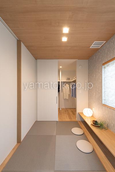 [京都府精華町]ダブル断熱仕様で電気を自給自足するZEH(ゼロエネルギーハウス)ヤマト住建モデルハウスのファミリークロークと繋がる和室