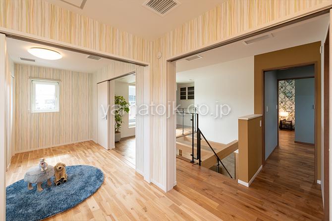 [京都府精華町]ダブル断熱仕様で電気を自給自足するZEH(ゼロエネルギーハウス)ヤマト住建モデルハウスの2階ホールと一体になる子供部屋