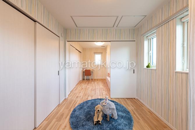 [京都府精華町]ダブル断熱仕様で電気を自給自足するZEH(ゼロエネルギーハウス)ヤマト住建モデルハウスの無垢床を使用した2階子供部屋