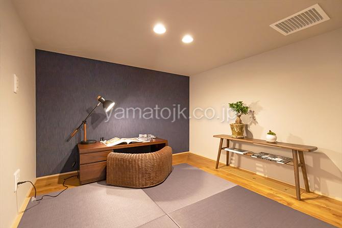 [群馬県太田市]ダブル断熱仕様でエアコン1台で全館空調するZEH(ゼロエネルギーハウス)ヤマト住建モデルハウスの主寝室にある小上がりの書斎