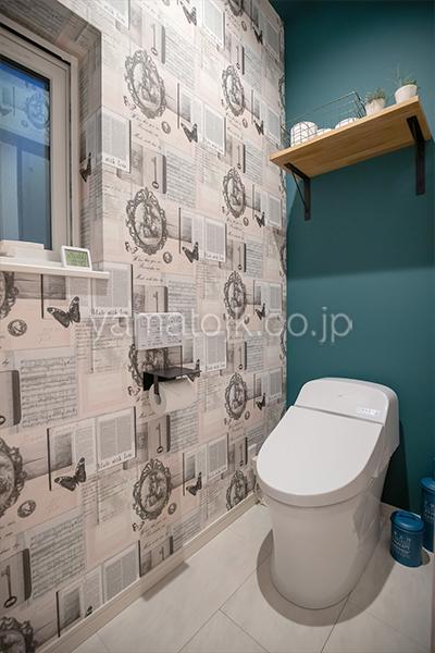 [群馬県太田市]ダブル断熱仕様でエアコン1台で全館空調するZEH(ゼロエネルギーハウス)ヤマト住建モデルハウスのアクセントクロスのトイレ
