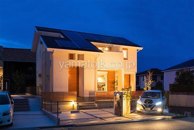 [京都府精華町]ダブル断熱仕様で電気を自給自足するZEH(ゼロエネルギーハウス)ヤマト住建モデルハウスの夜間使用する電気は電気自動車に貯めた電気を家庭内へ給電