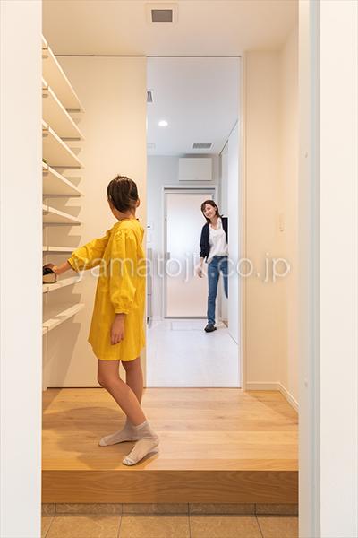 [京都府精華町]ダブル断熱仕様で電気を自給自足するZEH(ゼロエネルギーハウス)ヤマト住建モデルハウスの玄関から洗面室に続くただいま動線