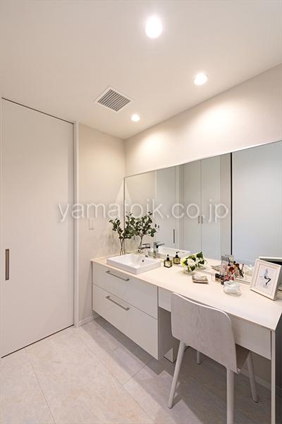 [京都府精華町]ダブル断熱仕様で電気を自給自足するZEH(ゼロエネルギーハウス)ヤマト住建モデルハウスのメイクスペースのある洗面室