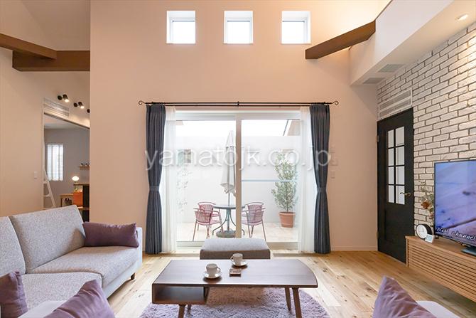[群馬県太田市]ダブル断熱仕様でエアコン1台で全館空調するZEH(ゼロエネルギーハウス)ヤマト住建モデルハウスの中庭と繋がる明るいリビング