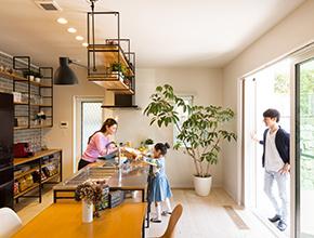 木のぬくもりと家族の笑顔があふれる家