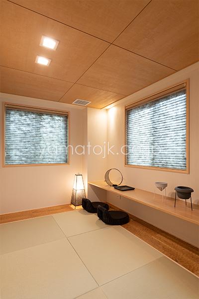 [兵庫県伊丹市]ダブル断熱仕様のZEH(ゼロエネルギーハウス)ヤマト住建モデルハウスの落ち着いた空間のカウンター付きの和室