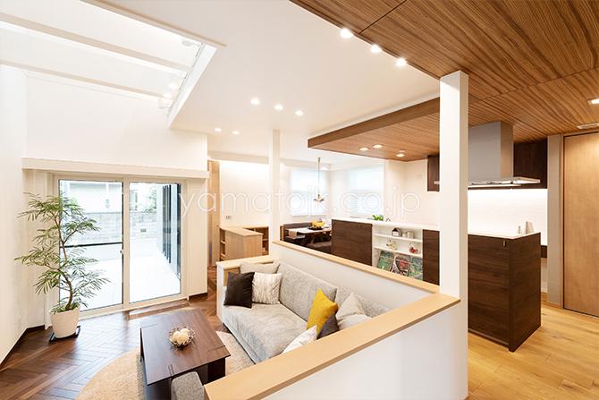 [兵庫県伊丹市]ダブル断熱仕様のZEH(ゼロエネルギーハウス)ヤマト住建モデルハウスの一室空間のLDK