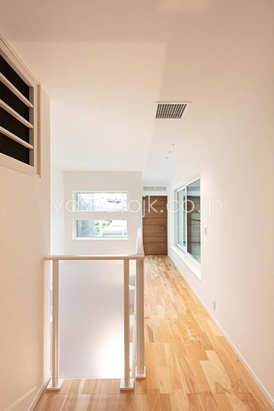 [兵庫県伊丹市]ダブル断熱仕様のZEH(ゼロエネルギーハウス)ヤマト住建モデルハウスの吹き抜けと2階ホール
