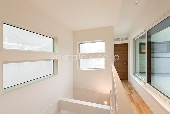 [兵庫県伊丹市]ダブル断熱仕様のZEH(ゼロエネルギーハウス)ヤマト住建モデルハウスのfix窓とスカイガーデンから光が入る2階ホール