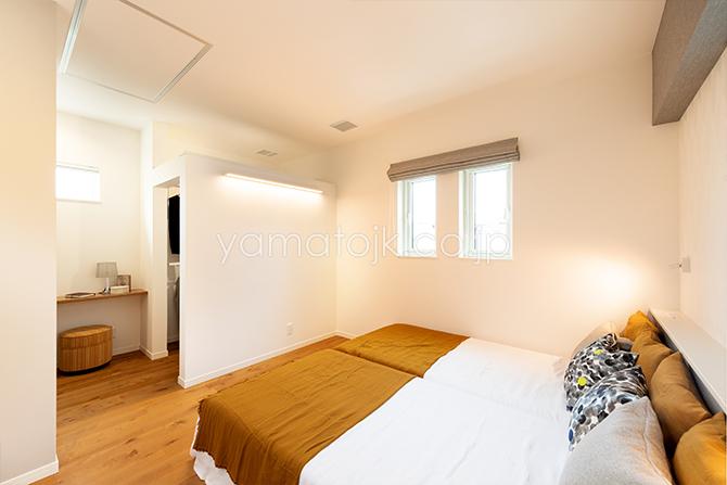 [兵庫県伊丹市]ダブル断熱仕様のZEH(ゼロエネルギーハウス)ヤマト住建モデルハウスの落ち着いたトーンの主寝室