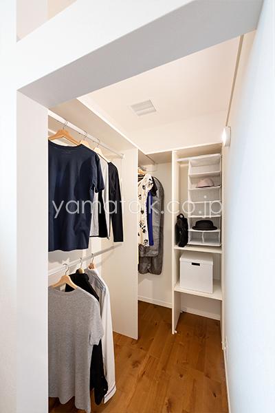 [兵庫県伊丹市]ダブル断熱仕様のZEH(ゼロエネルギーハウス)ヤマト住建モデルハウスの主寝室にあるウォークインクローゼット
