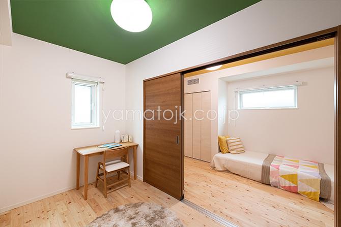 [兵庫県伊丹市]ダブル断熱仕様のZEH(ゼロエネルギーハウス)ヤマト住建モデルハウスのアクセントクロスの間仕切り付き子供部屋