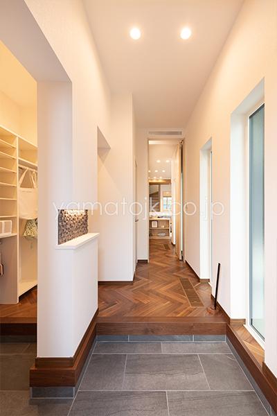 [兵庫県伊丹市]ダブル断熱仕様のZEH(ゼロエネルギーハウス)ヤマト住建モデルハウスの玄関とシューズクローク