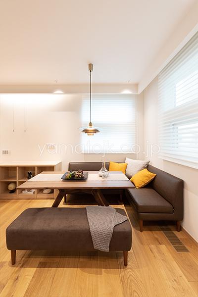 [兵庫県伊丹市]ダブル断熱仕様のZEH(ゼロエネルギーハウス)ヤマト住建モデルハウスのソファダイニング